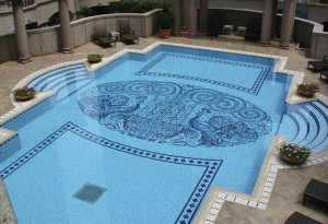 облицованный мозаикой бассейн