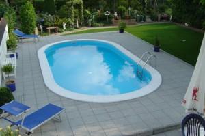 Что делать, если поверхность бассейна очень скользкая?