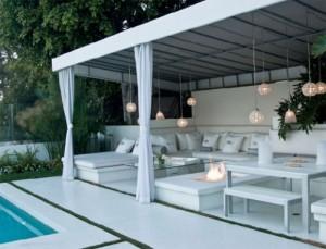 Зона отдыха возле бассейна: патио или пляж возле бассейна.